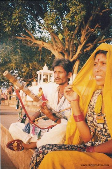 009-pushkar-desert-couple-making-traditional-music